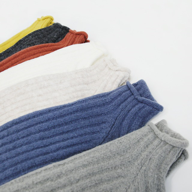 Long knit with long sleeves and long sleeves.