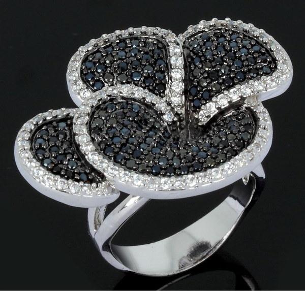 黒と白のファッションの花は女性のリングを見ます最高品質のキュービックジルコニアの手は、