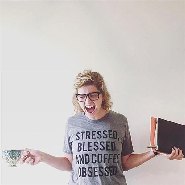 ストレスを受けた祝福とコーヒーに夢中レタープリントファニーTシャツ女性ヒップスタースタイルファッションTumblr S