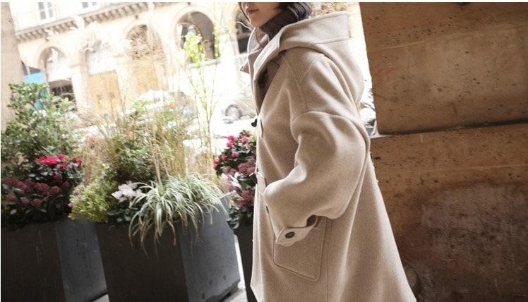 緩いフード付きウールコートのホーンボタンのウールのコートの長いセクション