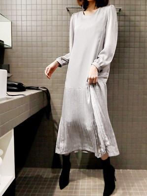 プリーツロングワンピース-This is womanly long one-piece having oversize sense of fit body cover effect and