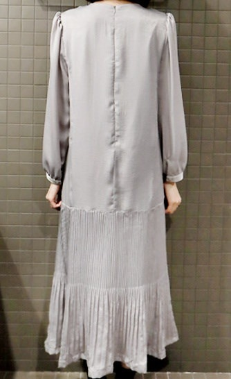 プリーツロングワンピース-This is womanly long one-piece having oversize sense of fit body cover effect and