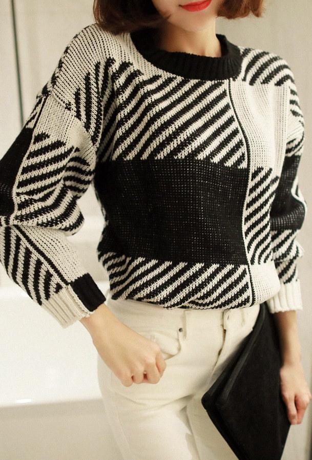 スクエアストライプカラーエフェクトラウンドニット- This is round knit having square striped patterns and loose size