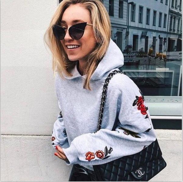 長袖フード付きの女性のスウェットシャツカラフルな蝶の花プリントルーズパーカー