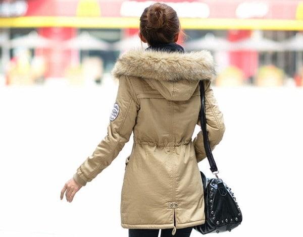 新しい冬レディースパーカーカジュアルアウトウェア軍事フード付きコート冬ジャケット女性の毛皮の女性のクロット
