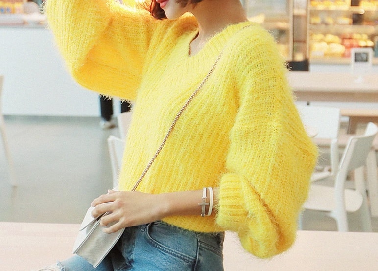 クイーンVファーニット-This is knit having warm fur knit and stylish spring feeling emphasizing comfortable