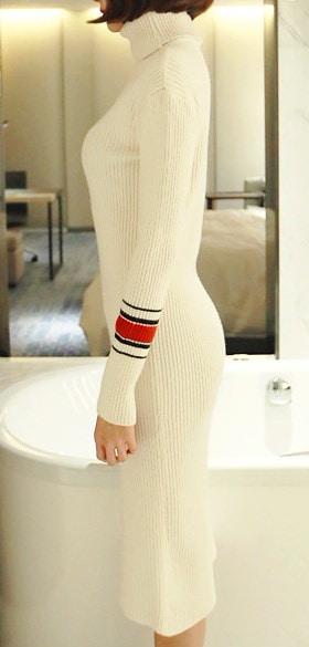 厚さレッドストラップタートルネックニットワンピース-This is knit one-piece having turtleneck and thick material emphasizing