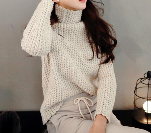 タートルネックニット- This is turtleneck knit having thick knit weave and slim shoulder emphasizing stylish