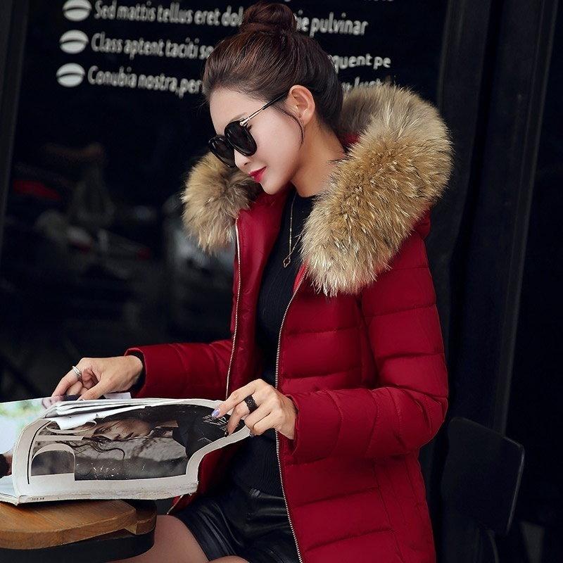ダウンジャケットの女性の厚い冬のコートの冬服