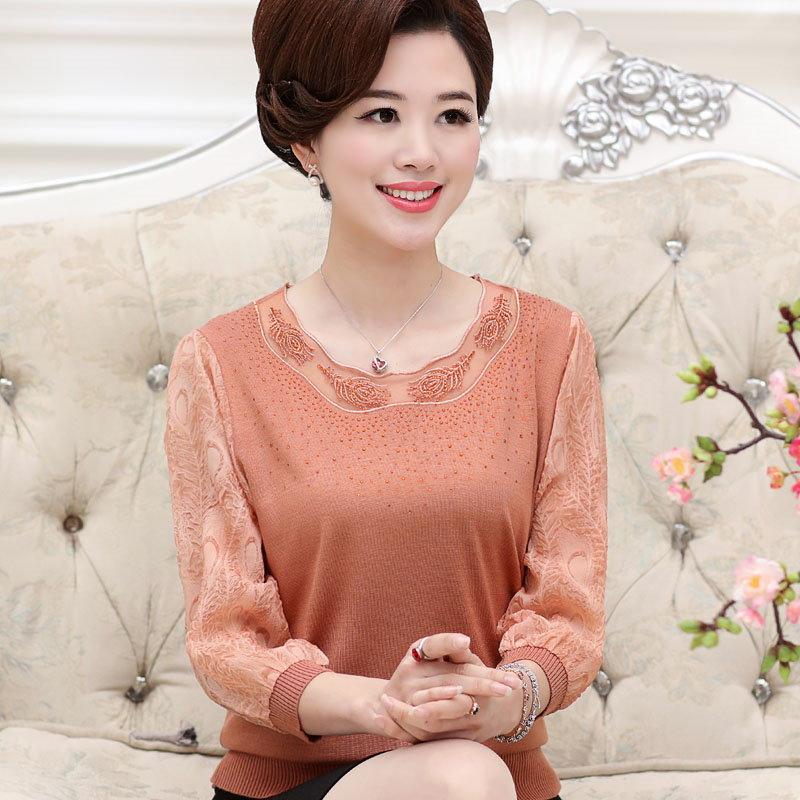 新しい母親は、薄いセーター中年の下着シャツのシャツを持つ中年の春の中年の女性の女性をロード