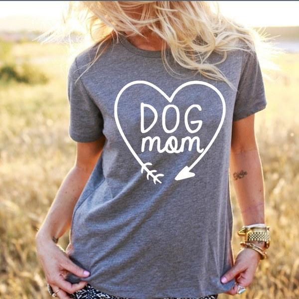 女性のための半袖Tシャツデザインでプリントされた犬のママ