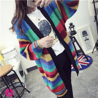 新しい虹色の縞模様がゆったりとセーターのカーディガン中に長いニットの女性のコート