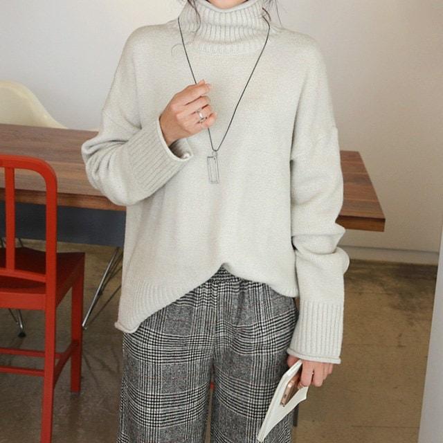タートルネック首ポーラルーズフィットニットロロルーズなフィット感にシンプルなデザインで、デイリーに着ることタートルネックニット