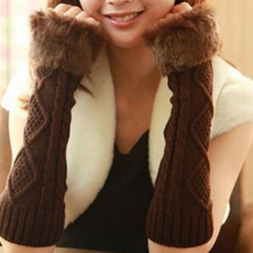女性のための暖かい偽の毛皮のデザインの菱形の麻の花のニットの指のない手袋のペア