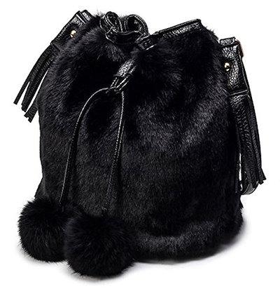 ショルダーバッグ 巾着型 フワフワ ファー ボンボン付き (ブラック)