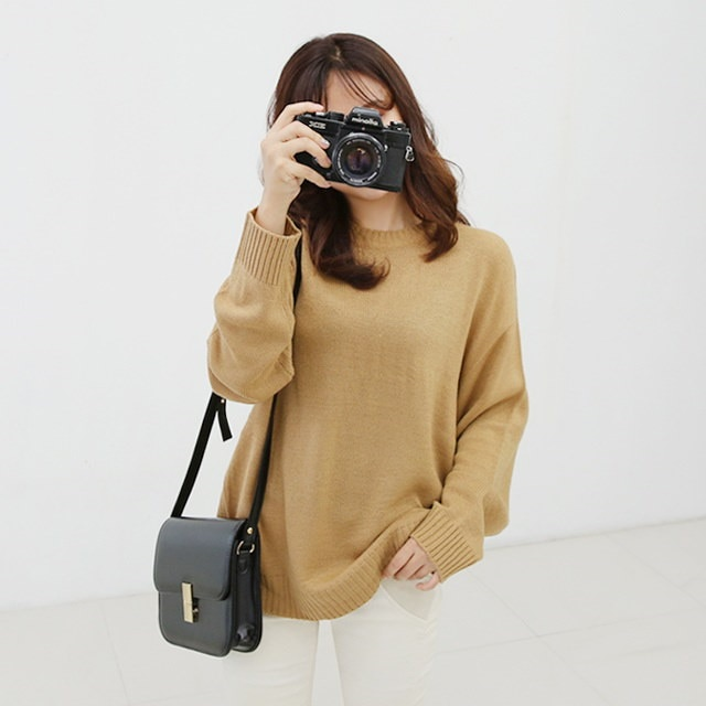 Loose-fitting round knit Jeff The basic design is made up of various colors,
