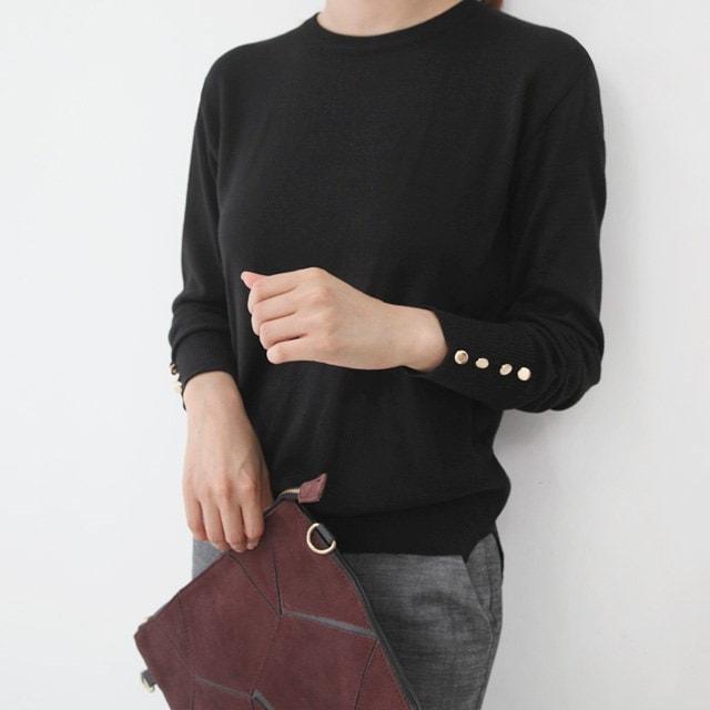 フォーボタン女性のラウンドニットシャツソフトなタッチ感に手首部分のボタンディテールに高級感のニットTシャツ