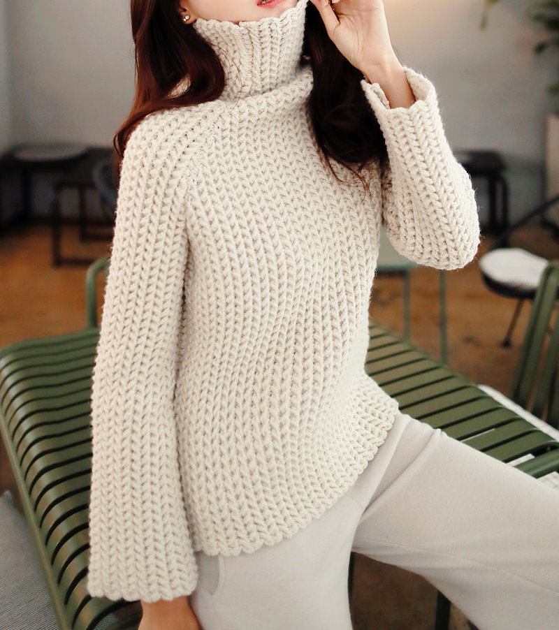 タートルネックニット- This is turtleneck knit having thick knit weave and slim shoulder emphasizing stylish