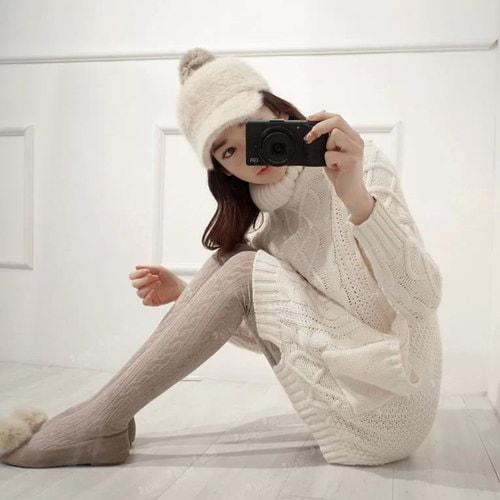 秋の冬の高襟厚い長袖のプルオーバーのセーターの女性